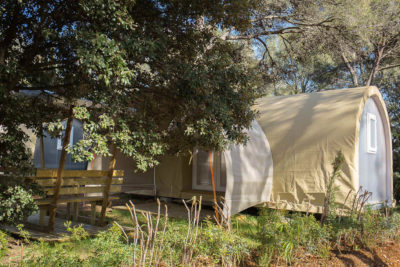 Eingerichteter und preisgünstiger Bungalow aus Zelttuch in einer sonnigen Natur