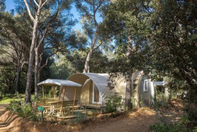 Bereits aufgestellte und eingerichtete Zelte auf einem Campingplatz in Südfrankreich