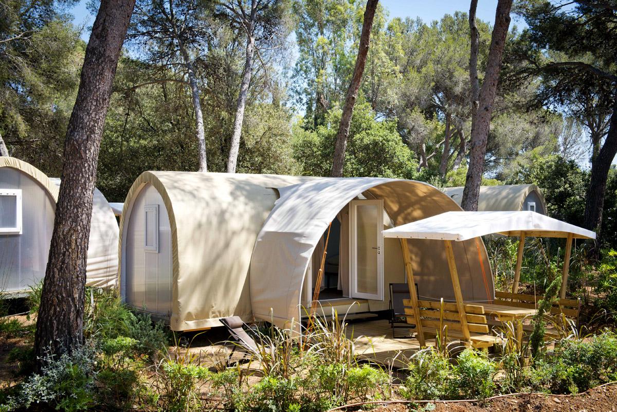 Geselligkeit mit eingerichteten, möblierten und komfortablen Zelten auf einem Campingplatz in der Provence