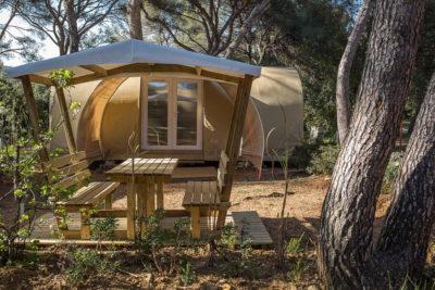 Eingerichtetes Zelt auf einem Campingplatz für viel Erholung, Komfort, Geselligkeit und Natur