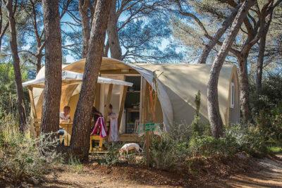 Bungalow aus Zelttuch auf einem schattigen, naturnahen und preiswerten Campingplatz