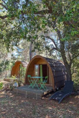 Naturnahe Ferien mit der Familie in Holzhütten auf einem Campingplatz an der Côte d'Azur