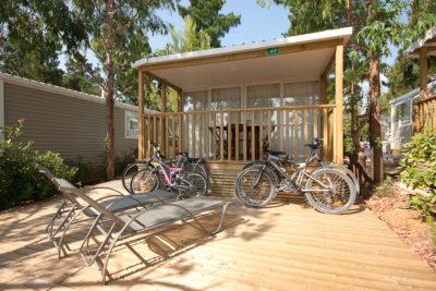 Komfortables Mobilhaus der Luxusklasse auf einem Campingplatz in der Nähe von Toulon im Departement Var
