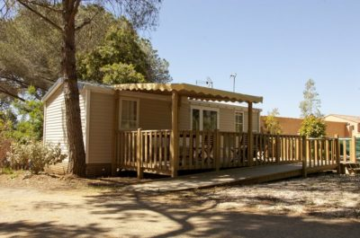Barrierefreies Mobilhaus mit Klimaanlage auf einem barrierefreien Campingplatz in der Provence