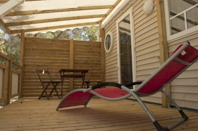 Hochwertiges Mobilhaus mit Klimaanlage und schattiger Terrasse