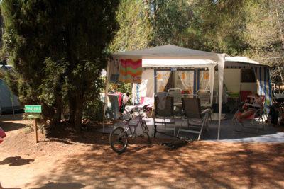 Mietobjekt: grosse Stellplätze für Zelte und Wohnwagen auf einem Campingplatz in Südfrankreich