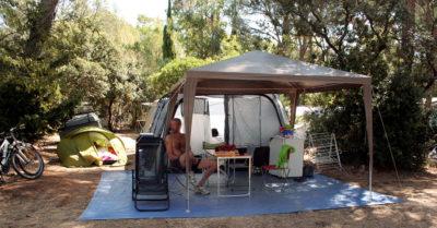 Stellplatz für ein Zelt auf einem schattigen Campingplatz – Côte d'Azur