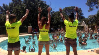 Tanzen im Pool als Aktivität während der Ferien