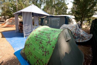 Komfort mit Zelt und Wohnwagen auf einem Campingplatz – Ferien an der Côte d'Azur