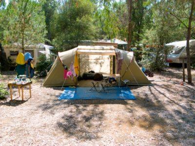 Stellplatz für ein Zelt auf einem Campingplatz in La Londe