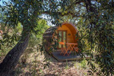 Ein neues Konzept mit Holzhütten für naturnahe Ferien auf einem Campingplatz an der Côte d'Azur