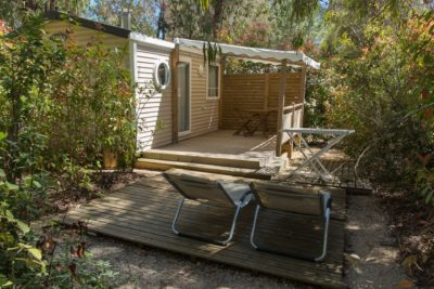 Mobilhaus der Luxusklasse mit Natur, viel Platz, Komfort und Liegestühlen