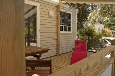 Naturnahes Mobilhaus an der Côte d'Azur mit schattiger Terrasse zur Erholung auf einem Liegestuhl