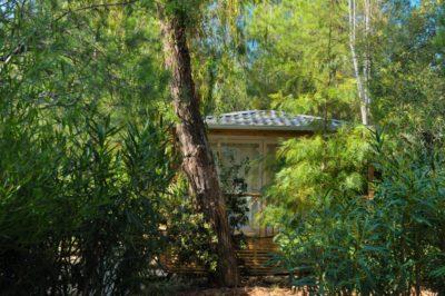 Hochwertiges Mobilhaus auf einem grünen Campingplatz am Mittelmeer
