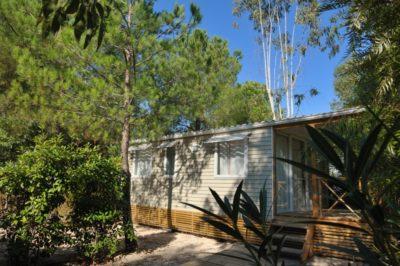 Hochwertiges Mobilhaus mit Klimaanlage auf einem Campingplatz