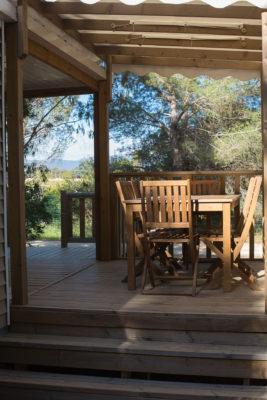 Ferien in einem naturnahen Mobilhaus mit schattiger Terrasse auf einem Campingplatz
