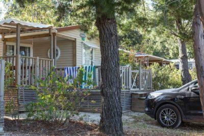 Mobilhaus mit eigenem Parkplatz auf einem familienfreundlichen Campingplatz in der Provence