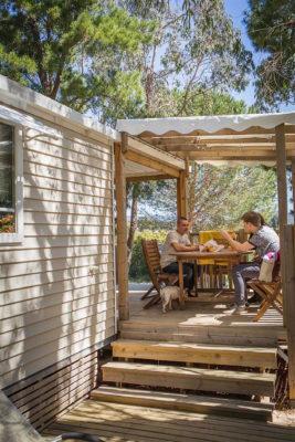 Mobilhaus mit zwei Terrassen für Ferien auf einem Campingplatz in La Londe
