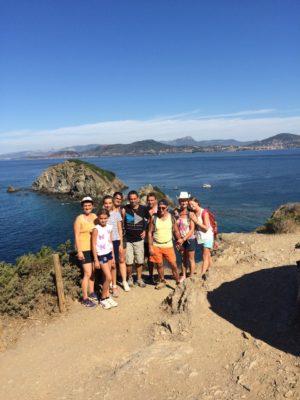 Aktivität Wandern in der Familie entlang der Küste