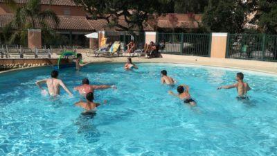 Campingplatz in Südfrankreich mit Aktivitäten für Erwachsene und Wasserball im Pool