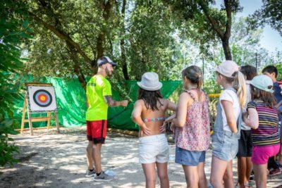 Aktivität Bogenschiessen für Kinder auf einem Campingplatz an der Côte d'Azur