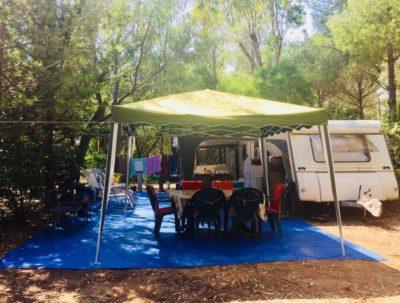 Billige und schattige Stellplätze auf einem Campingplatz in Südfrankreich - Mittelmeer