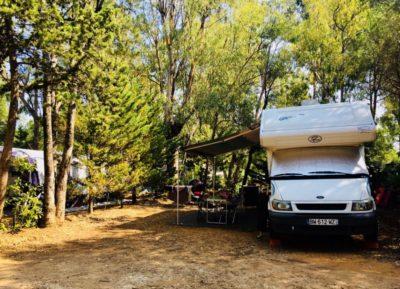 Campingplatz in der Nähe der Strände vom Mittelmeer – schattige Wohnmobile