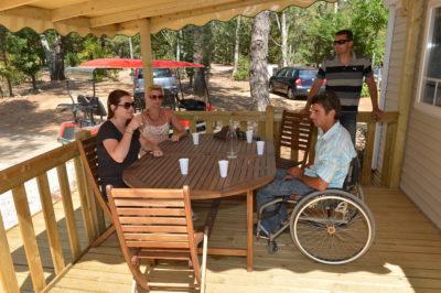 Barrierefreies Mobilhaus mit Klimaanlage für Menschen mit Handicap auf einem Campingplatz