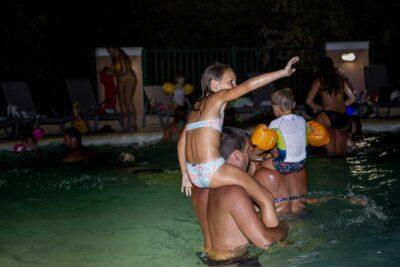 Schwimmbad Nocturne Party Musik Ferien