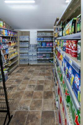 Kleiner Supermarkt mit Serviceleistungen auf einem Campingplatz in Hyères