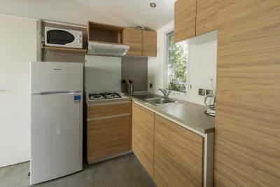 Voll eingerichtete Küche in einem Mobilhaus mit Klimaanlage