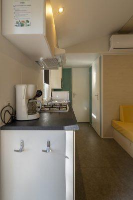Küche in einem Mobilhaus mit Klimaanlage und für 6 Personen zu einem tollen Preis