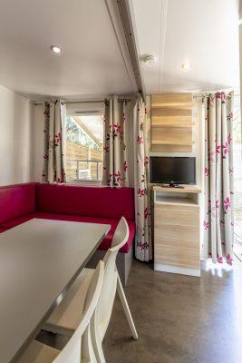 In einem Mobilhaus der Luxusklasse auf einem Campingplatz in Frankreich