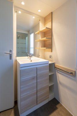 Zu zweit in einem Mobilhaus der Luxusklasse mit Sanitäranlagen