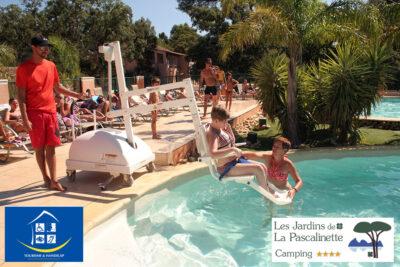 Geheizter, barrierefreier Pool mit wassertauglichem Spezialstuhl für Menschen mit Handicap