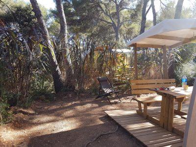 Campingplatz mit Bungalow aus Zelttuch in der provenzalischen Natur