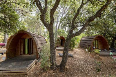 Holzhütten mit Freunden auf einem Campingplatz – kleines Ferienbudget