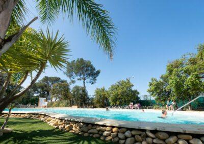Auf dem Campingplatz wachsen Palmen im Wasserparadies, genau wie in Hyères